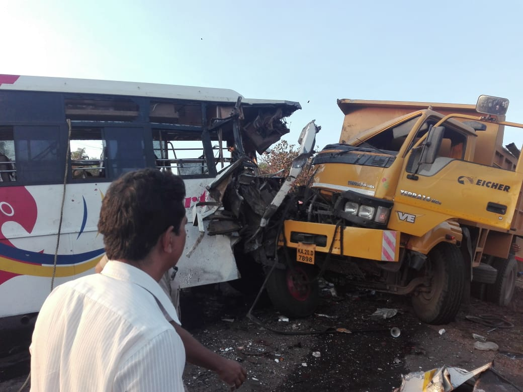 Woman dies in Tipper and bus accident at Janthra near Belman, several injures